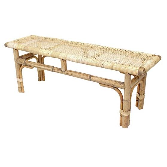 Banco estilo Japandi con estructura de rattan natural y asiento tapizado en rejilla de enea.